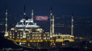 صورة جوية للمسجد ليلا وعليه علم تركيا