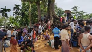 Kutupalong kampındaki bu ağacın altında 100'den fazla Arakanlı Müslüman yaşıyor. Bazıları yiyecek bekliyor, bazıları da akrabalarının buraya ulaşabilmesini...
