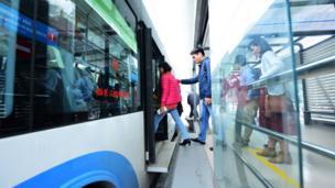 Hanoi BRT sử dụng loại xe có chiều dài 12m, sức chứa 90 hành khách.