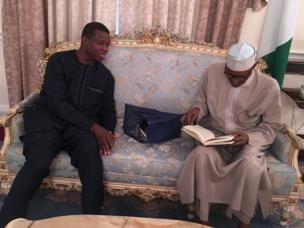 Shugaban Najeriya Muhammadu Buhari yayin da Shugaban Cocin Redeemed Christian Church Enoch Adeboye (daga hagu) ya ziyarce shi a birnin Landan ranar Juma'a