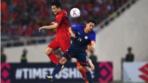 Lương Xuân Trường tranh chấp bóng với tiền vệ Kevin Ingreso của đội tuyển Philippines