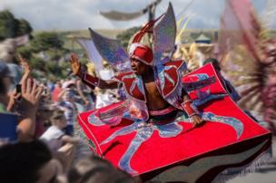 Hombre con disfraz de carnaval