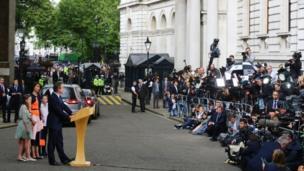 David Cameron con su familia en Downing Street.