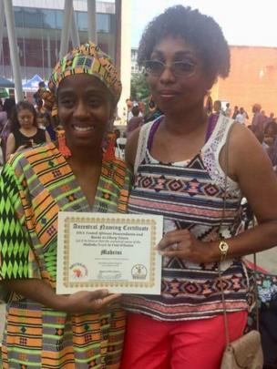 """Angela Hicks, lors d'une cérémonie d'attribution de nom africain avec sa """"cousine ADN"""" Dorice Petty"""