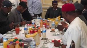 Wasu gwamnonin jam'iyyar APC yayin da suke gana wa da Shugaban Najeriya Muhammadu Buhari wanda yake jinya a Landan ranar Lahadi