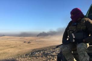 جندي عراقي يتطلع من موقع عال