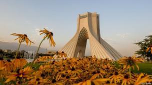 आज़ादी टावर ईरान के केंद्र में स्थित है.