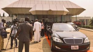 Motocin da shugaba Buhari zai shiga suna jiran isowarsa a filin jirgin saman Abuja