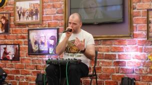 Fyddai 'run Eisteddfod yn gyflawn heb wers 'beatboxio' gydag Ed Holden