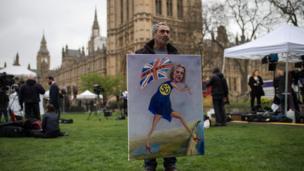 นายคายา มาร์ นักวาดภาพแนวการเมืองแสดงผลงานใกล้อาคารรัฐสภาอังกฤษ