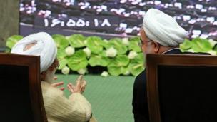 حسن روحانی (راست) با ادای سوگند رسما دور دوم ریاست جمهوری خود را آغاز کرد