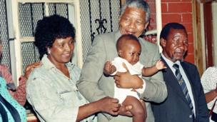 Winnie Mandela ati Nelson Mandela pẹlu ọmọ-ọmọ wọn