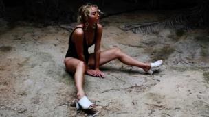 امرأة جالسة على الأرض
