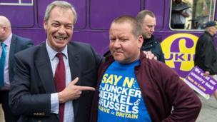 Nigel Farage, cựu lãnh đạo đảng Ukip chủ trương Anh Quốc 'độc lập khỏi EU' và một cử tri của ông