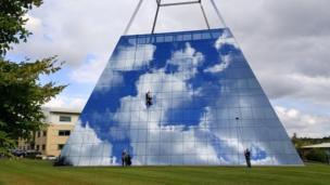 La limpieza de ventanas de un edificio piramidal