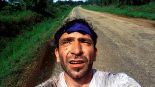 التقط بيراكيس صورة لنفسه بعد نجاته من كمين نصبه متمردون في سيراليون قُتل فيه صحفيان.