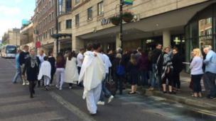 Huéspedes del hotel Novotel, que fue evacuado durante la noche, esperan en fila para ser readmitidos a sus habitaciones