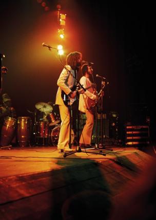 الفنانان إريك كلابتون وبيت تاونشيند على خشبة المسرح خلال حفل موسيقي.