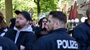 قُوبلت تظاهرة لحزب البديل من أجل ألمانيا اليميني في برلين بمظاهرة مضادة (تظهر هنا) وسط حضور قوي للشرطة.