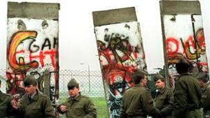 ਕਿਹਾ ਜਾਂਦਾ ਹੈ ਕਿ 9 ਨਵੰਬਰ 1989 ਨੂੰ ਬਰਲਿਨ ਦੀ ਦੀਵਾਰ ਢਾਹੁਣ ਦੀ ਸ਼ੁਰੂਆਤ ਹੋਈ