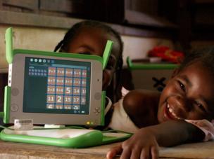 طفلان أمامهما حاسب لوحي صغير