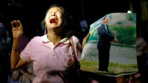 Woman weeps at news of King's death in Bangkok on 13 October 2016