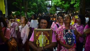 People cry at news of king's death in Bangkok on 13 October 2016