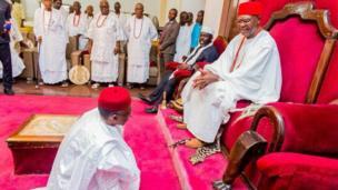 Gwamnan jihar Kaduna Nasir el-Rufai yayin da ya kai ziyara fadar Sarkin Onitsha Igwe Alfred Nnaemeka Achebe a jihar Anambra ranar Asabar