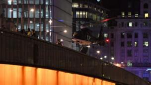 London Bridge çevresindeki bir helikopter