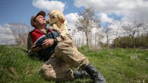 köpek jandarmayı öperken
