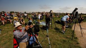 Alliance, Nebraska: Fotoğrafçılar ve gökyüzü gözlemcileri de bu tarihi fırsatı kaçırmadı. Bundan sonraki tam güneş tutulması 2 Temmuz 2019 tarihinde Güney Pasifik üzerinde yaşanacak. Tutulma ve en iyi Şili ve Arjantin'den izlenecek.