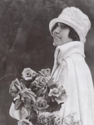 Un retrato de una joven Sonora Smart Dodd con rosas.