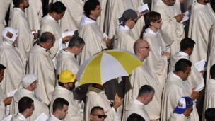 مجموعة من الأساقفة يقفون تحت الشمس