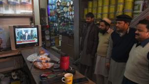 اسلام اباد کې ځايي اوسېدونکي د لومړي وزیر عمران خان ټلویزیوني وینا اوري.