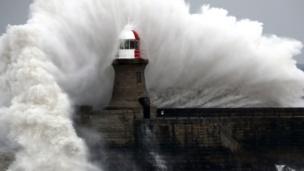 برخورد موج به فانوس دریایی