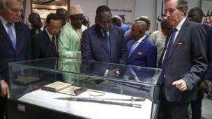 Le président sénégalais et ses hôtes devant le sabre du résistant Sénégalais Elhadji Omar Tall
