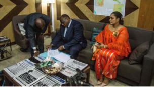 A peine 24 heures après son retour, l'opposant dépose sa candidature à la présidentielle du 23 décembre prochain. (Ici, avec son épouse Liliane Bemba)