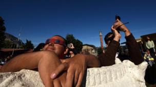 Personas en Coyhaique contemplan el eclipse