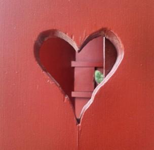 Corazón tallado en madera.