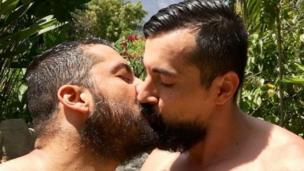 Dos hombres se besan