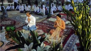 Hồi 2011, Tổng thống Myanmar khi đó, ông Thein Sein cùng phu nhân Khin Khin Win cũng đến thăm đền này và làm lễ hôm 13/10. Myanmar là quốc gia có đa số dân theo Phật giáo