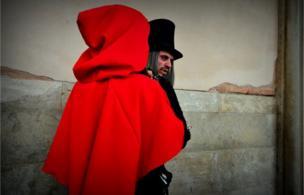Những người tham dự lễ khai mạc lễ hội tại Quảng trường St Mark's, Venice, Ý.