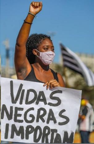 Menina negra com cartaz
