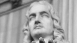 صورة أبيض وأسود لتمثال