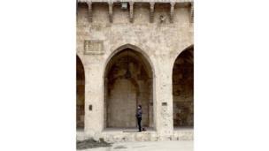 Hombre rezando en la mezquita de Umayyad