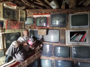 """ইরানের বিজার শহরে ধারণ করা ছবিতে দেখা যাচ্ছে পুরোনো ২১"""" সিআরটি পর্দার টেলিভিশন।"""