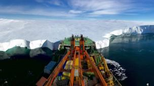 سفينة في المنطقة القطبية المتجمدة