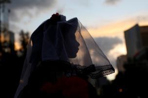 طفلة ترتدي غطاء للرأس والوجه