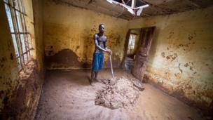 عبدول منساراي ينظف منزله من الطين