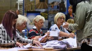 Les premières urnes arrivent au Peter Paine Performance Center où le dépouillement des votes pour la circonscription de Boston et Skegness est en cours.